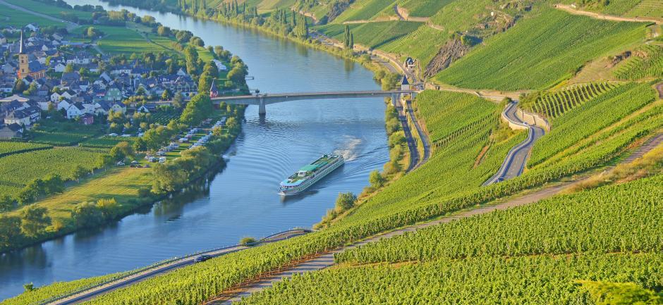Flusskreuzfahrtschiff auf der Mosel bei Trittenheim